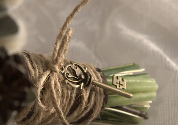 Bouquet wrapping with jute and a key